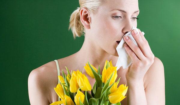 Девушка с носовым платком и цветами