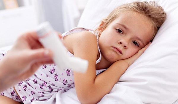 Заболевшая девочка в постеле