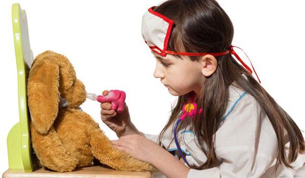 Девочка лечит игрушку