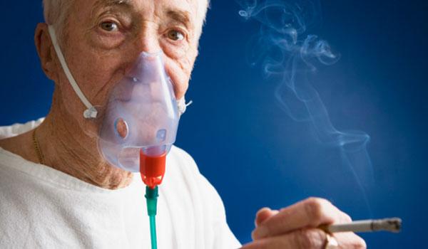 Курильщик в маске ингалятора