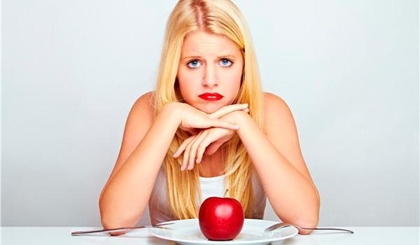 Девушка кушает яблоко