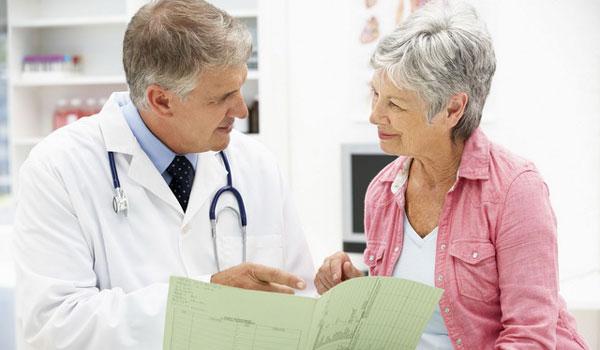 Пожилая женщина ан приеме у врача