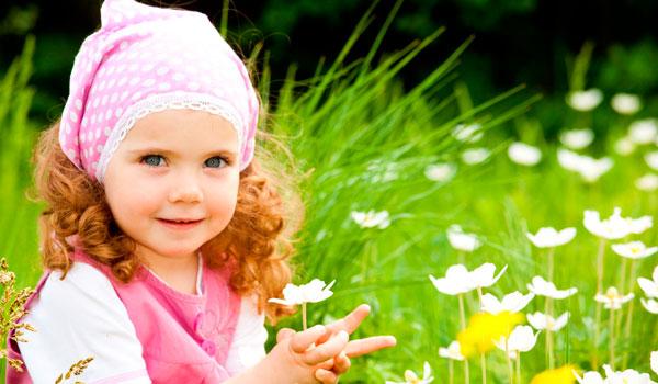 Девочка на лужайке в траве
