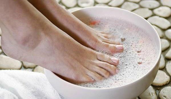 Разрешается ли при бронхите парить ноги?